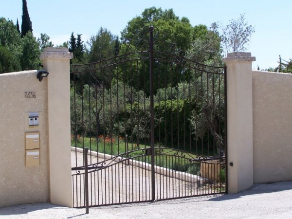 Portail  Apollon installé à Fontvieille