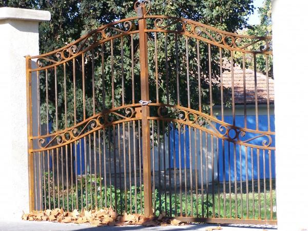 Une entrée de gamme avec ce portail en Fer forgé Cupidon