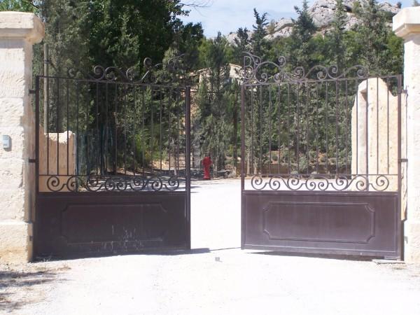 Portail du Hameau des baux au Paradou