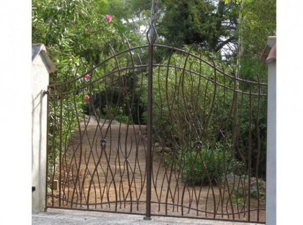 Portail L'Aigues mortes, rond de 16 et 12, forgé à la main, et cadre en rond de 20. Portail d'ésthétique végétale.