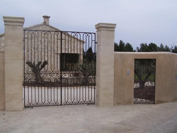 Le même portail que le précédant, avec son Portillon lui aussi en fer forgé