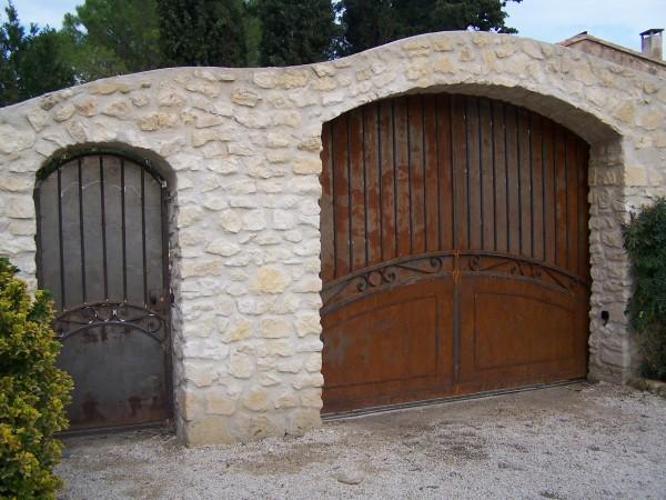 Portail Coulissant et portillon, modèle de base Cupidon,  cintré. visible sur Fontvieille